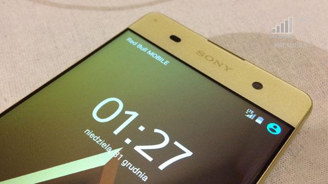 Upadek telefonu smartfonu z ekranem wyświetlaczem bez ramek
